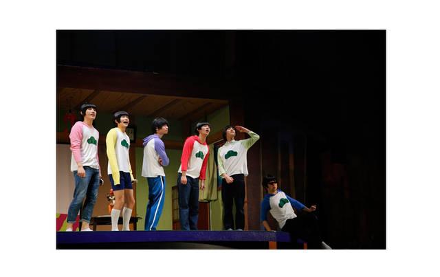 舞台『おそ松さん』第2弾ゲネプロレポート――ノンストップで笑い続けた松野家のハチャメチャな日常