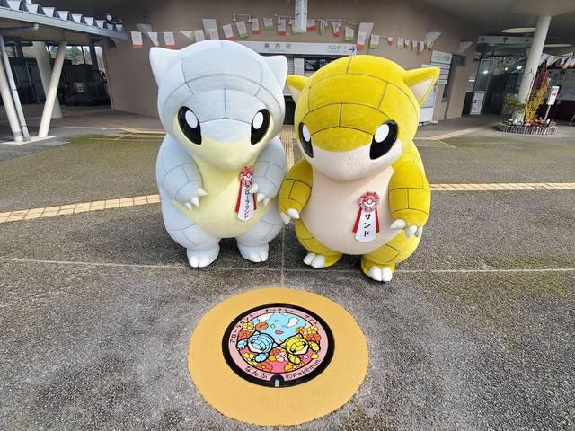 鳥取県にポケモンマンホール『ポケふた』が登場! それぞれの町で遊ぶ「サンド」が可愛い♪