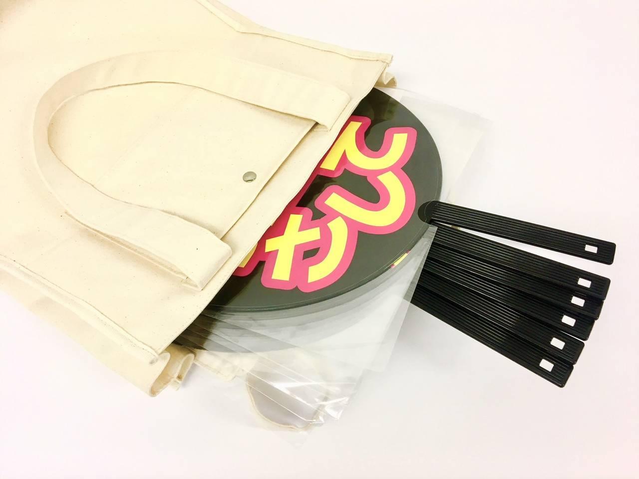 「推し事」にぴったり♪ ジャンボうちわが柄まですっぽり入る「エマデトートバッグ」発売決定!