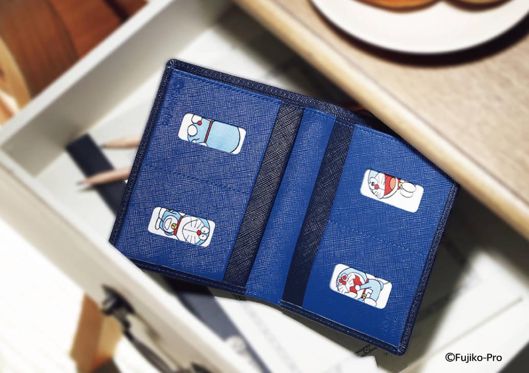 カードを取り出すとそこには…?『ドラえもん』50周年デザインの限定財布が発売!