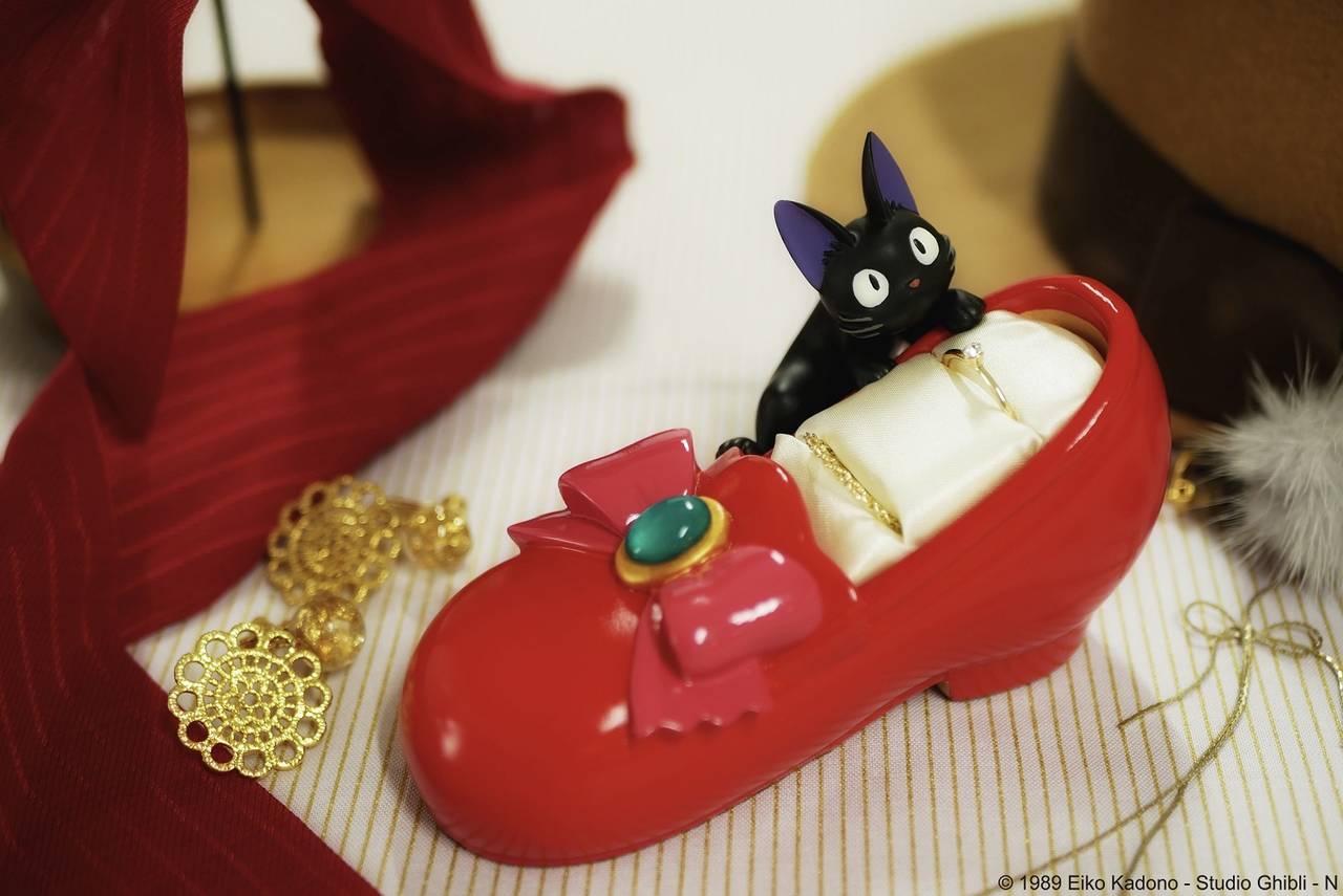 『魔女の宅急便』リングスタンド登場! キキが憧れる「赤い靴」がモチーフ♪