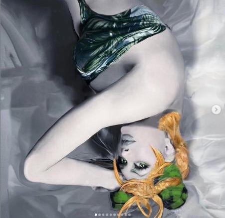 """眼福です…!叶姉妹の新作『ジョジョ』徐倫のコスプレが美しい。衣装は""""ベルサーチ""""のビンテージドレス!?"""