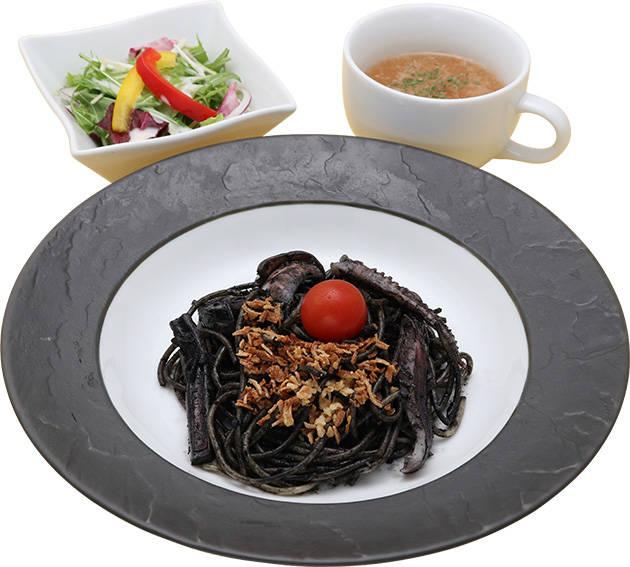 使徒のイカ墨パスタ 990円 ※サラダ、スープ付き