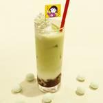 お茶にこだわるまるちゃんの静岡茶入り抹茶ラテ ちびまる子ちゃん × TOWER RECORDS 画像