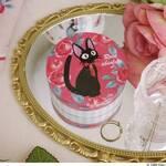 『魔女の宅急便』黒猫のジジ × 赤いローズの新グッズ! マグカップやポーチ、スチームクリームも♪