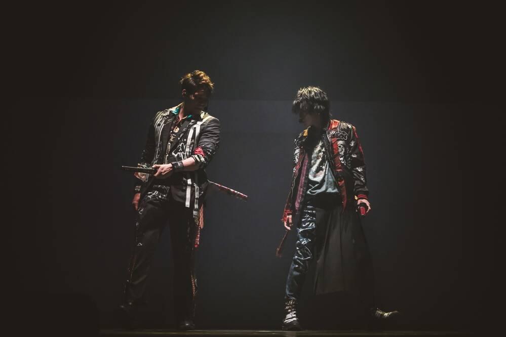 「ZIPANG OPERA ACT ZERO ~暁の海~」ジパングオペラ/日本刀を構えにらみ合う佐藤流司とspi