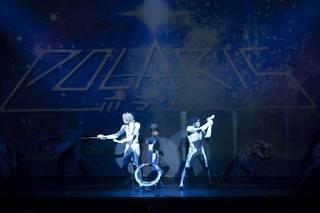 「劇団シャイニング」シリーズ初のSF作品となる本作は、映像演出や光る衣裳、そしてきらびやかなレビューは勿論のこと、松村龍之介さん、山川宗一郎さん、横井翔二郎さんらキャストの熱い芝居のぶつかり合いが見どころとなっています。
