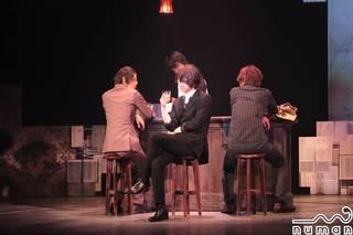 舞台『文豪ストレイドックス』第2弾。本作は多和田秀弥さん演じる太宰治がまだ武装探偵社に入社する前、18歳にしてポートマフィアの幹部を務めていた頃を描いた物語。太宰治、織田作之助(谷口賢志さん)、坂口安吾(荒木宏文さん)の3人を中心とした、原作ファンに絶大な人気を誇る過去編です。