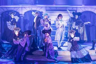 劇団シャイニングの第2弾作品。仮面舞踏会を舞台に、レイジー(染谷俊之さん)・シーノ(田川大樹さん)・アインザッツ(太田基裕さん)の3人の若者が織りなす、熱く切ないストーリー。魅惑の仮面舞踏会がここに開幕!