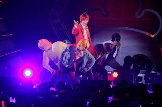"""舞台『おそ松さんon STAGE ~SIX MEN'S SHOW TIME~』に登場する6つ子のイケメンver."""" F6""""初のライブツアー。ツアーの皮切りとなった豊洲PITでの東京公演の様子をお届けします。"""
