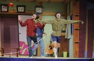 """『おそ松さん』3度目の舞台化! これまで以上に""""笑い""""を追求した喜劇『おそ松さん』では高崎翔太さん演じるおそ松たちに加えて、6つ子の両親が登場! 総勢12名のキャストが全力で客席を笑いの渦に巻き込みました。"""