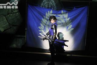 """2018年12月21日、東京・オルタナティブシアターで""""斬劇『戦国BASARA』蒼紅乱世 『蒼』THE PRIDE""""が開幕しました。舞台化シリーズ第15作目となる今回は""""蒼紅""""2作連続上演や笑いに特化した「笑劇」など、初の試みでもファンを楽しませています。"""