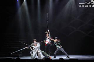 本公演としては『結びの響、始まりの音』以来、約1年ぶりとなる新作、ミュージカル『刀剣乱舞』 ~葵咲本紀~が開幕! 新たに4振りも加わった『葵咲本紀』、そのゲネプロの様子をお届けします。