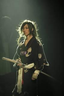 3月7日、鈴木拡樹さん主演の舞台「どろろ」東京公演がスタート! 気迫に満ちた舞台の様子を写真とともにレポートします。