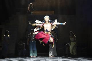 2019年1月19日から東京・日本青年館で上演をスタートした『Fate/Grand Order THE STAGE -絶対魔獣戦線バビロニア-』。丘山晴己さん演じるギルガメッシュと、山﨑晶吾さん演じるエルキドゥをはじめ、大人数の出演陣が重厚な物語を生み出しています。ここではゲネプロ写真と共に、ステージの模様をお届けします!